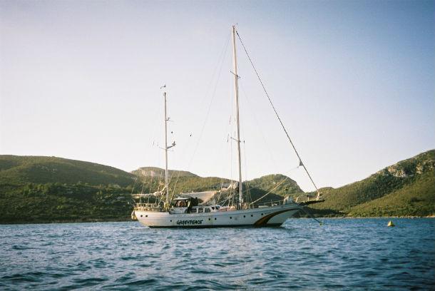 El Zorba de Greenpeace en la isla de la Cabrera