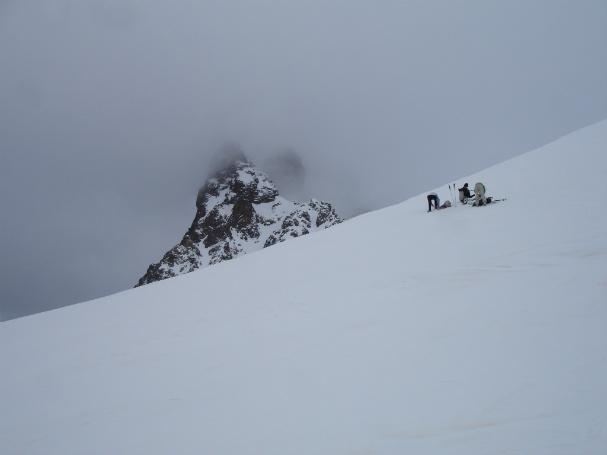 Nos quitamos los esquís antes de la pala final al Peyreget con el Midi cubierto al fondo