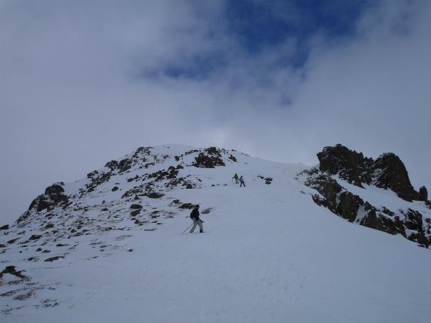 El tramo de rocas que nos hizo quitarnos esquís y raquetas
